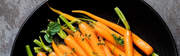 Petites carottes nouvelles rôties entières pour illustrer la recette de rôti de veau aux carottes de Bertrand