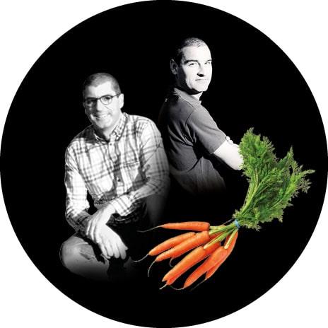 Portrait noir et blanc de louis et Bertrand, producteurs de carottes botte
