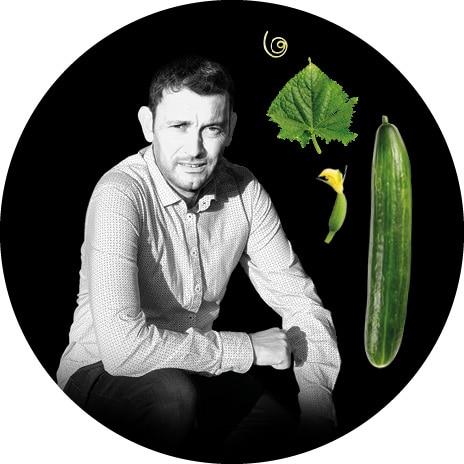 Portrait noir et blanc de Yannick, producteur de concombres au Potager de Jade