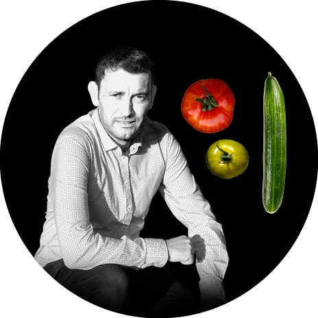 Portrait noir et blanc de Yannick, producteur de tomates anciennes et concombres