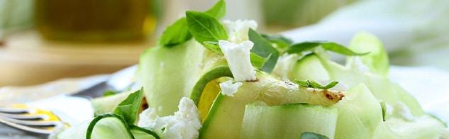 Lamelles de concombres en salade avec du fromage de chèvre