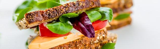 Sandwich maison au pain aux céréales, emmental, tomate et mâche
