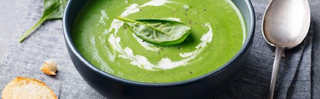 Bol de soupe de mâche à la crème avec cuillère à soupe