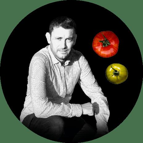 Portrait noir et blanc de Yannick, producteur de tomates anciennes en région nantaise